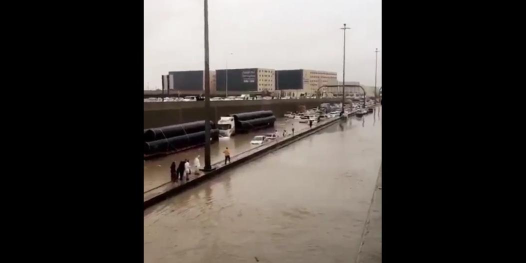 تضرر 71 مركبة و34 التماسًا كهربائيًّا وإنقاذ 93 شخصًا بسبب أمطار الرياض