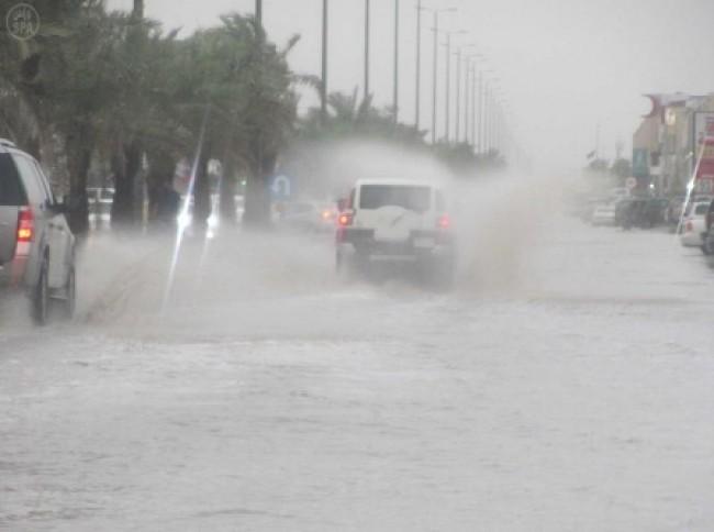 خميس مثير للأتربة وممطر على 6 مناطق