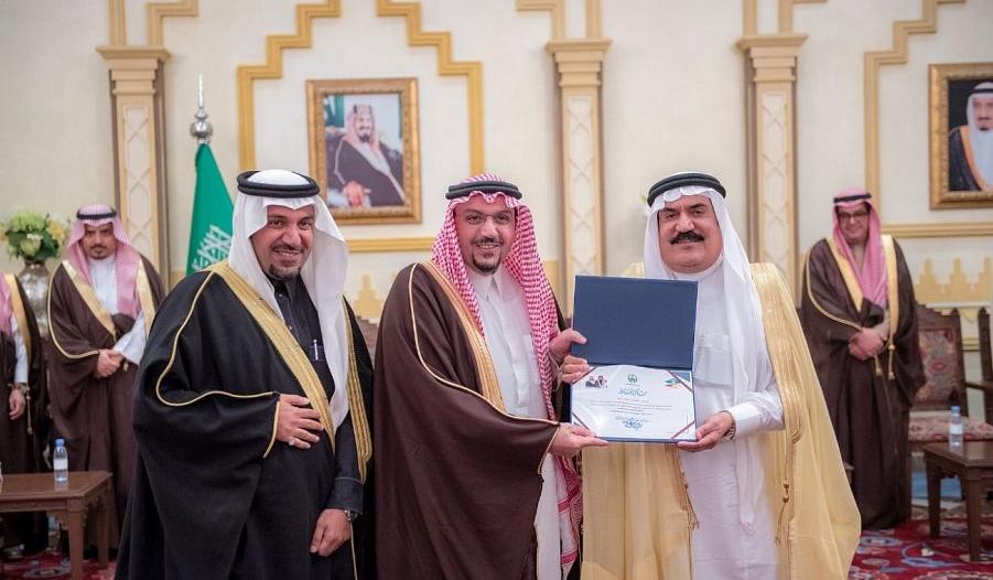 أمير القصيم يكرم فريق عمل زيارة الملك للمنطقة
