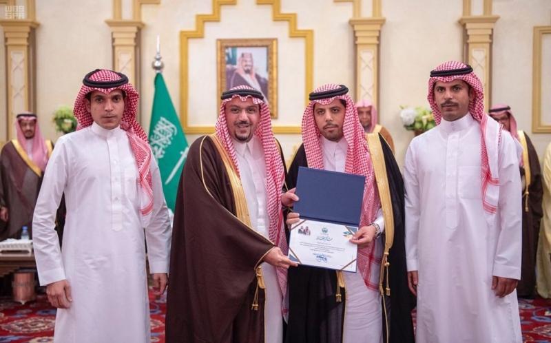 أمير القصيم يكرم فريق عمل زيارة الملك للمنطقة - المواطن