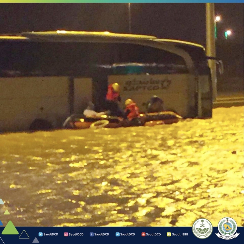 إنقاذ 46 شخصاً محتجزاً داخل باص في تجمع مياه بحفر الباطن
