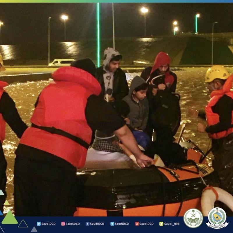إنقاذ 46 شخصاً محتجزاً داخل باص في تجمع مياه بحفر الباطن - المواطن