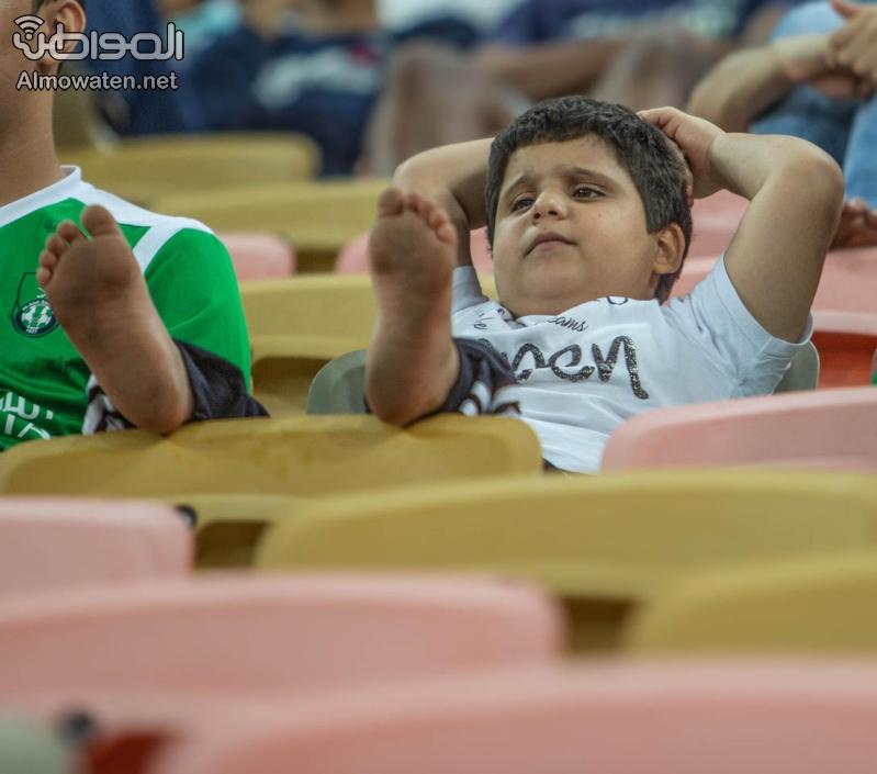 طفل يخطف الأنظار في مدرجات الجوهرة