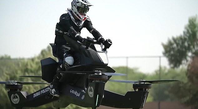 فيديو وصور.. شرطة دبي تكافح الجرائم عبر الدراجات الطائرة