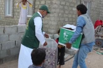 مواصلة توزيع المواد الغذائية للمتأثرين بإعصار لبان في المهرة - المواطن