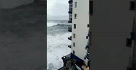 فيديو.. موجة عملاقة تضرب شرفات مبنى وتحطمه! - المواطن