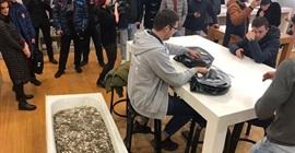 رجل يشتري آيفون XS ببانيو مليء بالعملات المعدنية! - المواطن
