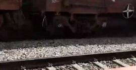 فيديو.. رجل ينجو من الموت بعد مرور قطار بضائع فوقه