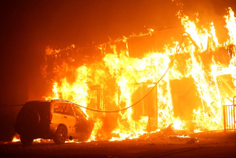 صور.. حرائق الغابات تدمر بلدة بالكامل وتخلي 93 ألف نسمة في كاليفورنيا