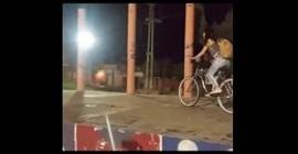 شاهد.. نهاية قاسية لفتاة تقود دراجة هوائية - المواطن