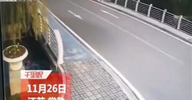 فيديو.. زوجان يسقطان بدراجة داخل نهر - المواطن