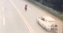 فيديو مروع.. لحظة دهس أم وطفلها أثناء عبور الطريق - المواطن