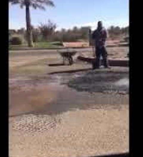 فيديو.. سخرية من رصف وسفلتة الطريق بطریقة بدائیة في حائل