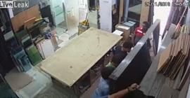 فيديو.. لقطات صادمة لحظة سقوط زجاج على عمال - المواطن