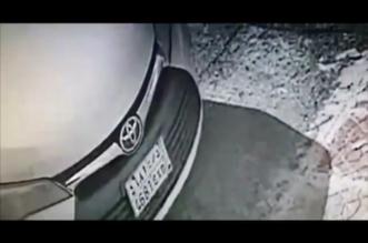 لص يسطو على السيارات في حي المونسية.. وهذا الفيديو قد يقود للفاعل - المواطن