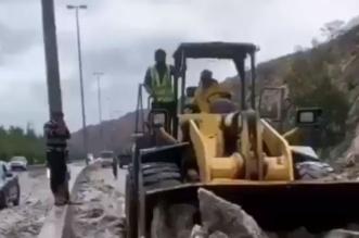 فيديو.. الأمطار والثلوج تغلق شفا الطائف والآليات تتدخل - المواطن