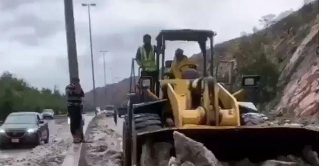 فيديو.. الأمطار والثلوج تغلق شفا الطائف والآليات تتدخل