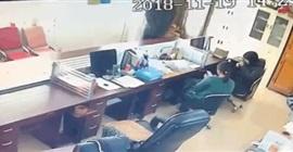 فيديو صادم.. رجل يطعن امرأة في مكتبها
