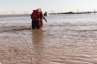 صور.. المياه تحتجز عاملين داخل مركبة في رياض الخبراء - المواطن