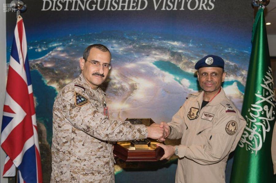 صور.. قائد القوات الجوية يتفقد مناورات العلم الأخضر ...