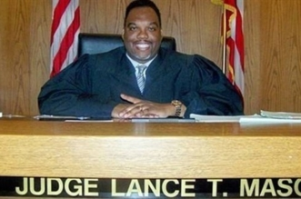 قاضٍ يطعن زوجته حتى الموت - المواطن
