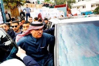 بعد التلاعب وحقائب الدولارات.. فلسطينيون يرشقون السفير القطري بالحجارة - المواطن