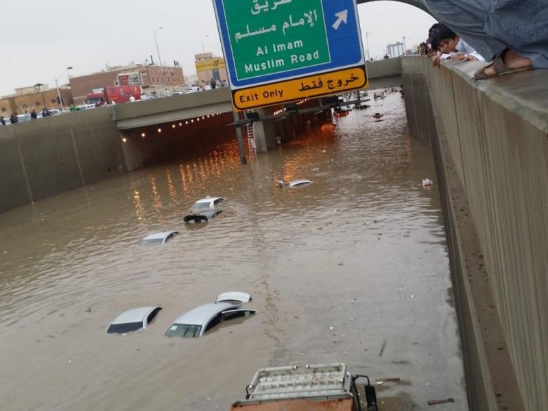 مشاهد من أمطار الرياض .. مياه بمنازل حي البديعة وعامل ينظف بلاعة بالنسيم