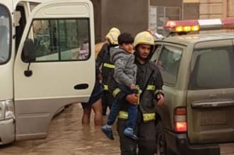 مدني بريده يباشر حالة احتجاز طلاب داخل حافلة مدرسية بتجمع للمياه 3