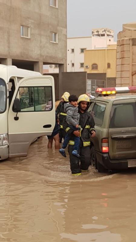 صور.. فك احتجاز 7 طلاب داخل حافلة مدرسية في بريدة