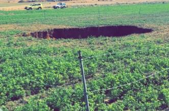 هبوط أرضي مفاجئ في مزرعة بساجر يُخلف حفرة عميقة