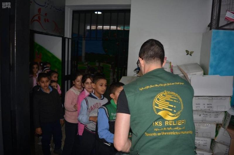 مركز الملك سلمان للإغاثة يوزع 2,320 حقيبة على الطلاب السوريين