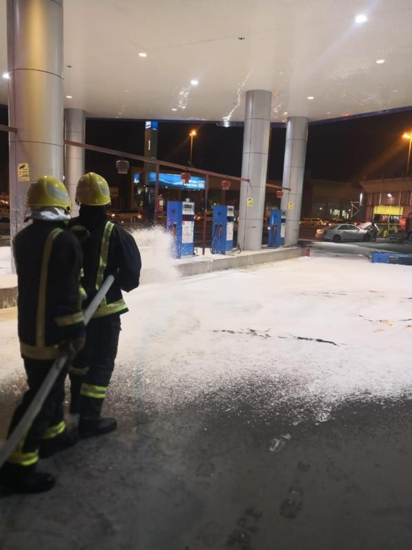 صور.. سيارة تتسبب في حريق داخل محطة بنزين بالمدينة - المواطن