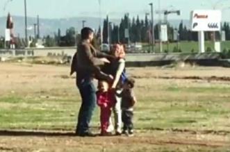 فيديو مروع.. رجل يضرب زوجته أمام أطفالهما حتى أغمي عليها - المواطن