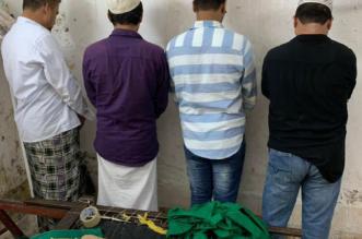 سقوط عمال يديرون معملًا لحياكة آيات قرآنية تشبه كسوة الكعبة - المواطن