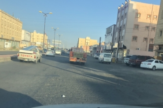 مدخل طريق حي الواحة بخميس مشيط في انتظار إعادة السفلتة - المواطن