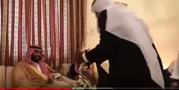 فيديو.. ولي العهد يزور مواطنين في منازلهم بحائل ويحتضن طفلًا ألقى قصيدة حماسية