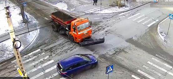 فيديو.. اصطدام مركبة مسرعة بكاسحة جليد