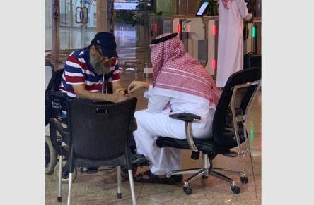 فيديو.. مسن معاق تأخرت طائرته فاصطحبه نائب أمير الشرقية وأسرته في طائرته الخاصة