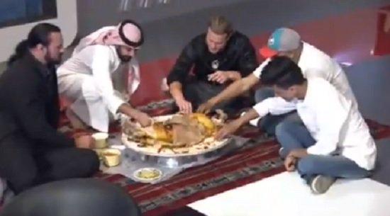 فيديو.. نجما WWE زيغلر وماكنتاير يأكلان الكبسة لأول مرة