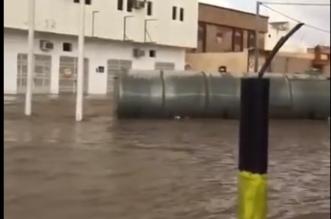 فيديو.. خزان میاه ضخم يطفو بأحد شوارع البدائع الممتلئة بمیاه الأمطار - المواطن