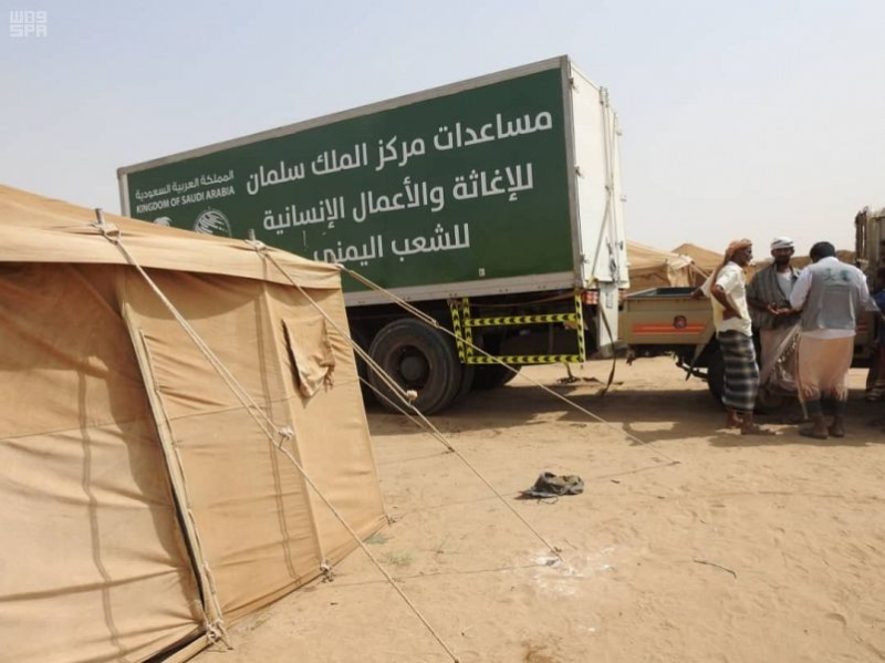 صور.. 14 طنًا من السلال الغذائية يوزعها مركز الملك سلمان في حجة - المواطن