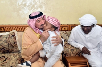 صور.. لفتة إنسانية من أمير نجران بعزاء الشهيد آل سعد - المواطن