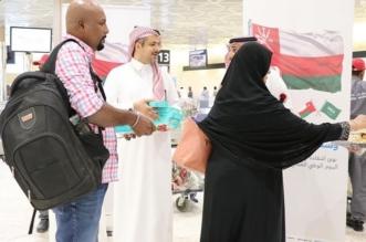 الورود والأعلام والهدايا التذكارية في استقبال العمانيين بمطارات المملكة - المواطن