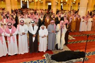 أمير الرياض يؤدي صلاة الميت على والدة الأمير فيصل بن محمد بن عبدالعزيز - المواطن