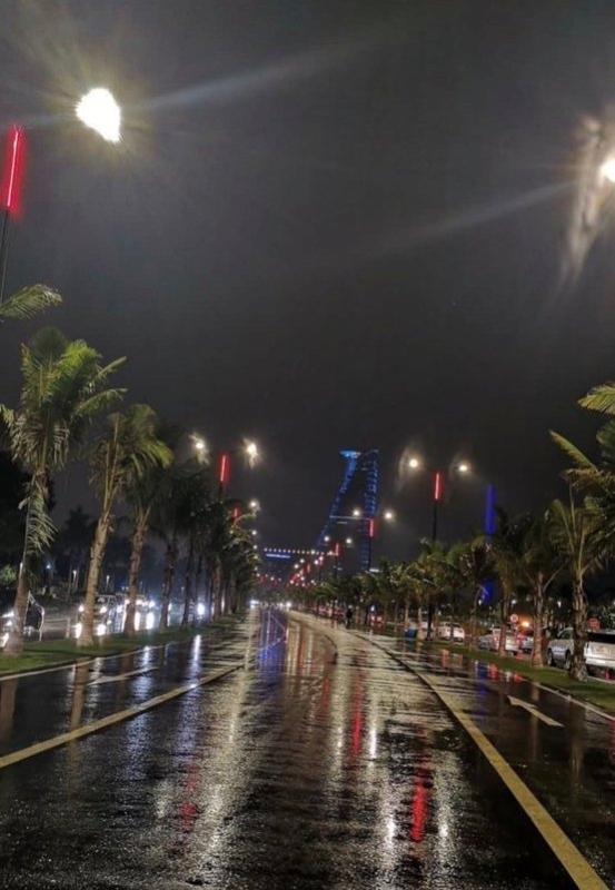 صور.. أمطار غزيرة على جدة ومطار المؤسس يعلق رحلاته مؤقتًا