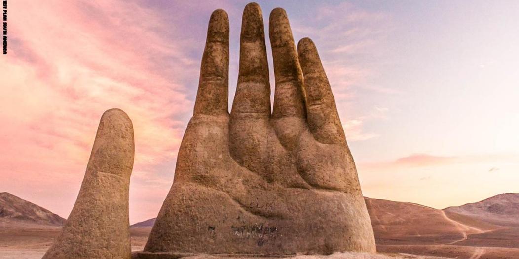 يد عملاقة تخرج من الرمال .. حقيقة أم خيال؟