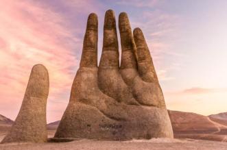 يد عملاقة تخرج من الرمال .. حقيقة أم خيال؟ - المواطن