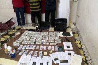صور.. عصابة ترويج العملات المزيفة في قبضة شرطة جدة - المواطن