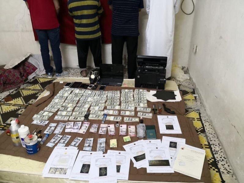 صور.. عصابة ترويج العملات المزيفة في قبضة شرطة جدة