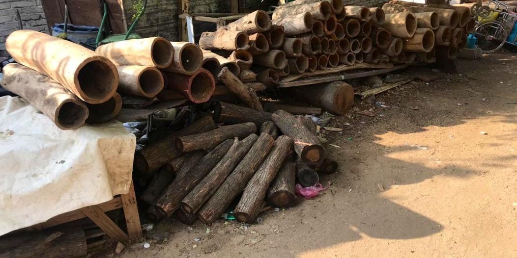 صور.. عمالة مخالفة تصنع أدوات الطبخ المحظورة من جذوع الشجر بمكة